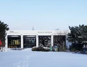 한겨울 눈이 내린 홍가시카페 모습입니다.